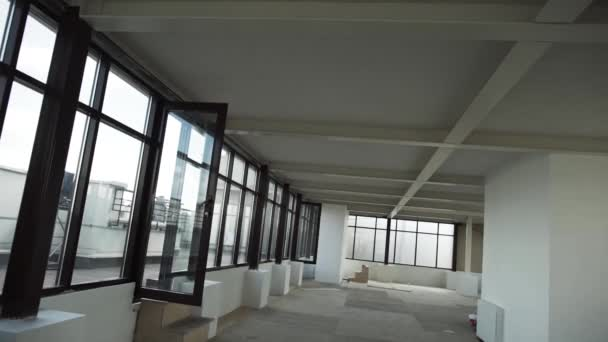 Großen leeren Raum mit niedlichen schwarz gerahmten Fenstern und weißen Wänden und Decke