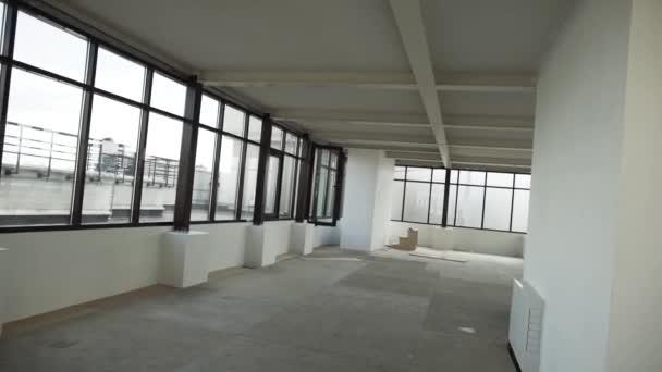 Velký prázdný byt s černými orámovaný windows a bílé stěny a strop