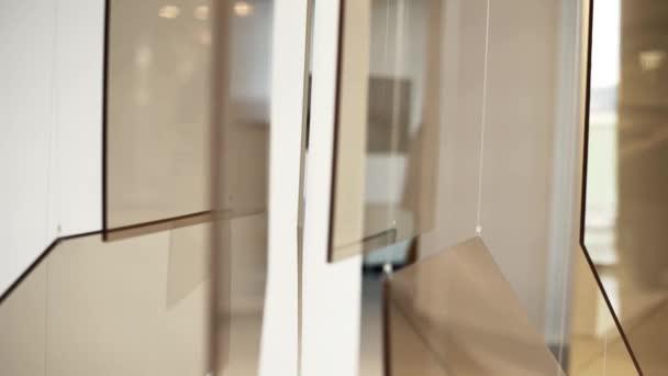 Krásná skleněná instalace s bílými šňůry jsou prezentovány v nové hale
