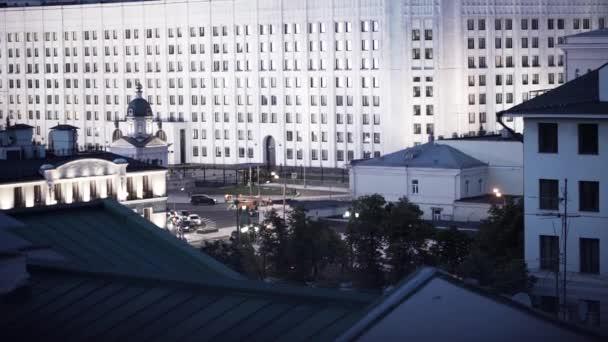 Noční pohled z okna na velké nové bílé vysokých budov
