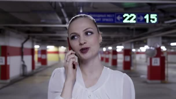 72f994276 Caminar por una mujer bonita en camisa blanca y falda negra en  estacionamiento subterráneos