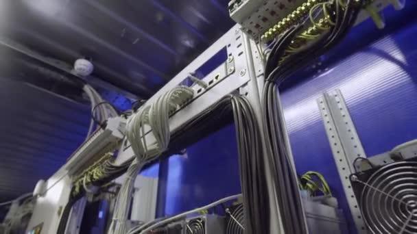 Modern szerver szoba crypto valuta bányászok hűtők létre a polcokon.