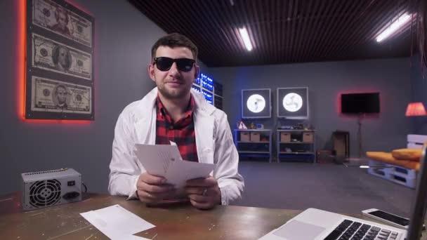 Üres borítékok esik vonzó férfi napszemüveg visel fehér labor kabát