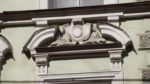 Fasáda staré béžové budovy s krásnou hliněnou zdí.