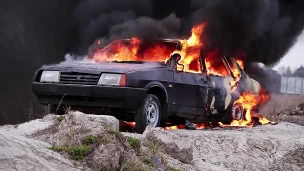 Masszív dohányzás láng tűz teljesen ég piszkos régi autót hagyott szürke úton