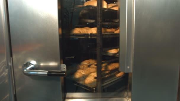 Moučníky na plech. Proces pečení v troubě. Chléb a bagety se pečou v troubě. Krásné buchty se točí