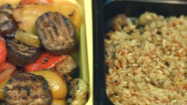 K jídlům v supermarketu. Dušenou zeleninou a dušenou rýží v záběru.