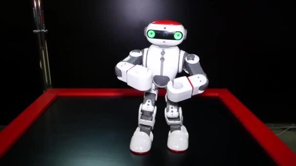 Chelyabinsk, Chelyabinsk régió/Oroszország-07.10.2019: robot táncol. Robot nagyon világosan mutatja a különböző táncmozgások a karok és a lábak. Mesterséges intelligencia (AI). Robotkaros új technológiák.