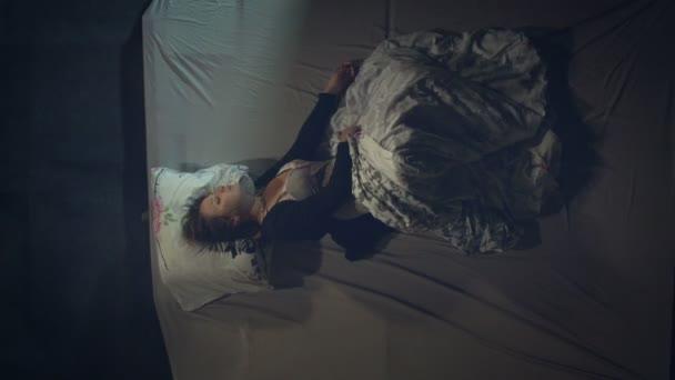 Alvó nő. Nyugtalan álom.Első látásra. Egy nő az ágyon alszik. Rémálma van..