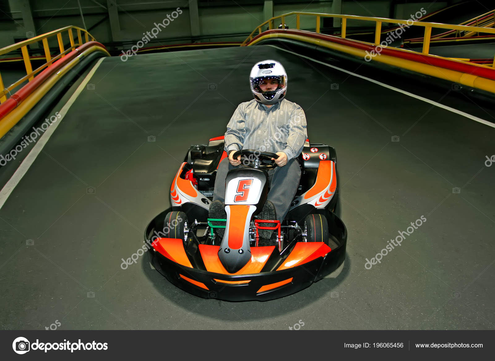 Circuito Karting : Hombre casco circuito karts pista karting interior u2014 fotos de stock