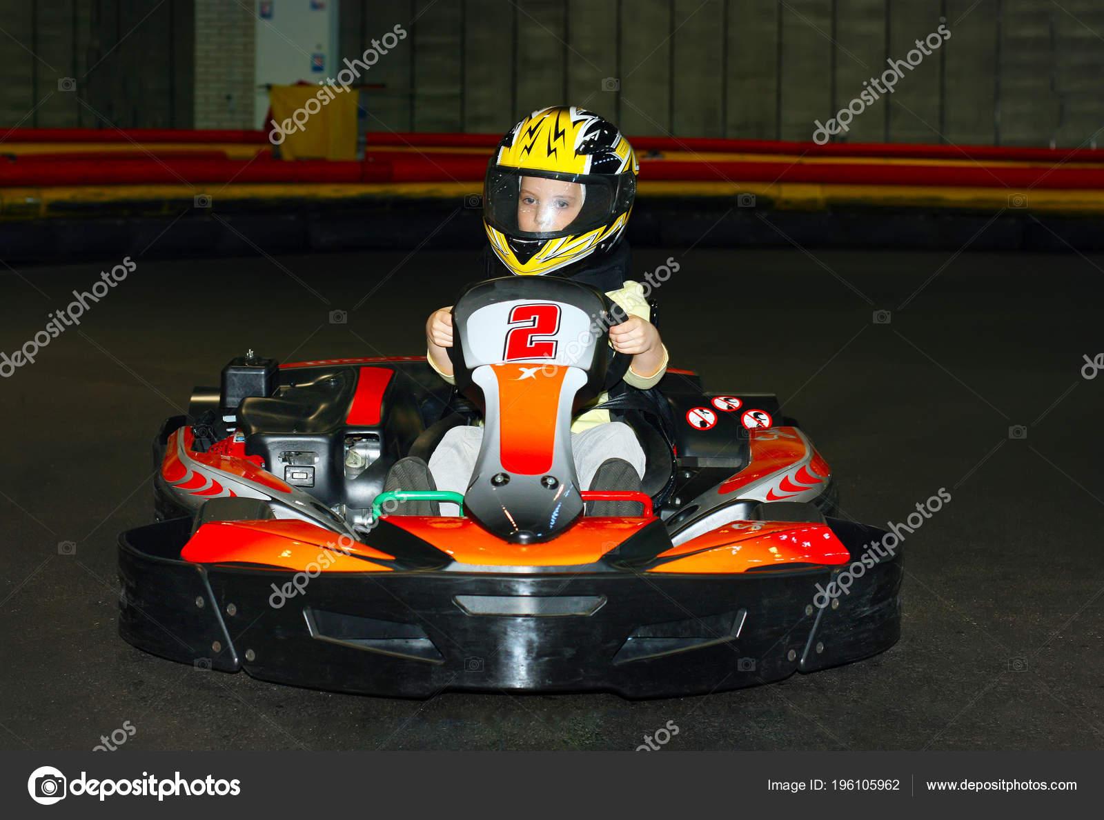 Circuito Karts : Niña sonriente casco circuito karts pista karting interior u foto