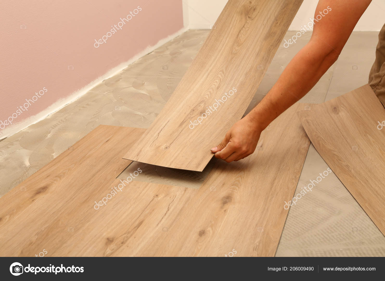 Lavorare sulla posa pavimenti operaio che installa nuovo pavimento