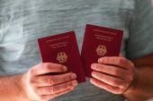 Fotografie Zwei neue deutsche Pässe in den Händen