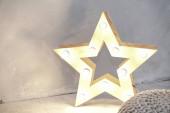 einfache Komposition mit einem Stern, der leuchtet. Jahresthema