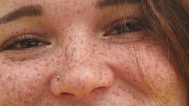 Porträt einer jungen, glücklichen Frau. fröhliches Lächeln aus nächster Nähe