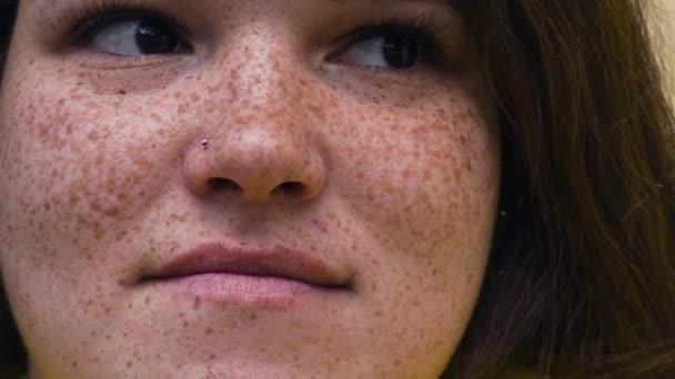 portrét mladé zrzavý žena s pihy, vyjádření překvapení, zklamání, rozhořčení. rozhořčení. detail. Pojetí emocí