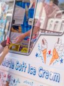 Zákazníkům nákup zmrzliny a předání peněz na dodavatele zmrzlinářský vůz ve Velké Británii