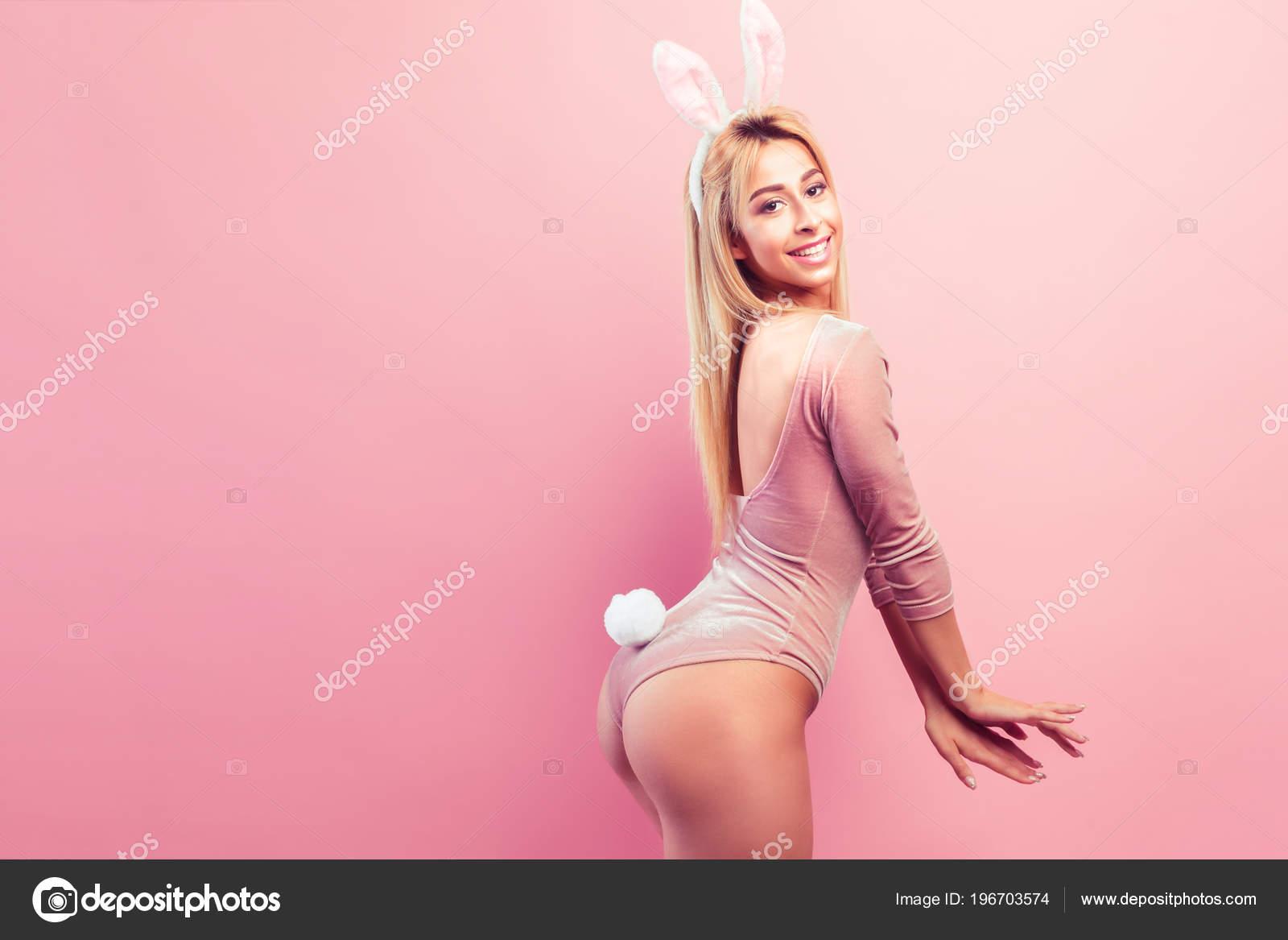 fafdfb6ae Mulher sedutora em roupa de coelho — Stock Photo © zamuruev  196703574