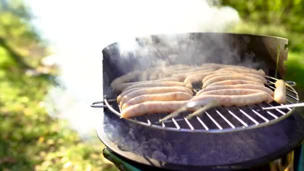 Grilovaná klobása na grilu planoucí piknik