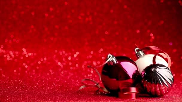 vánoční pozadí kuliček s stuhami na červeném třpytivém pozadí s kopírovacím prostorem