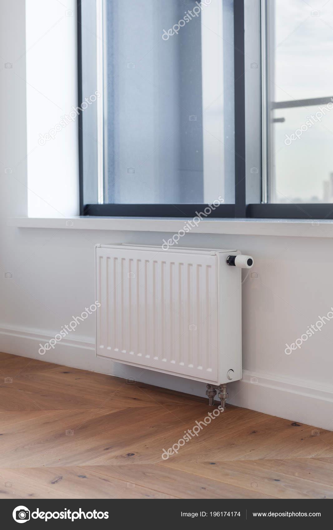 Weiße Von Heizkörper Mit Einsteller Der Erwärmung Wohnzimmer Mit ...