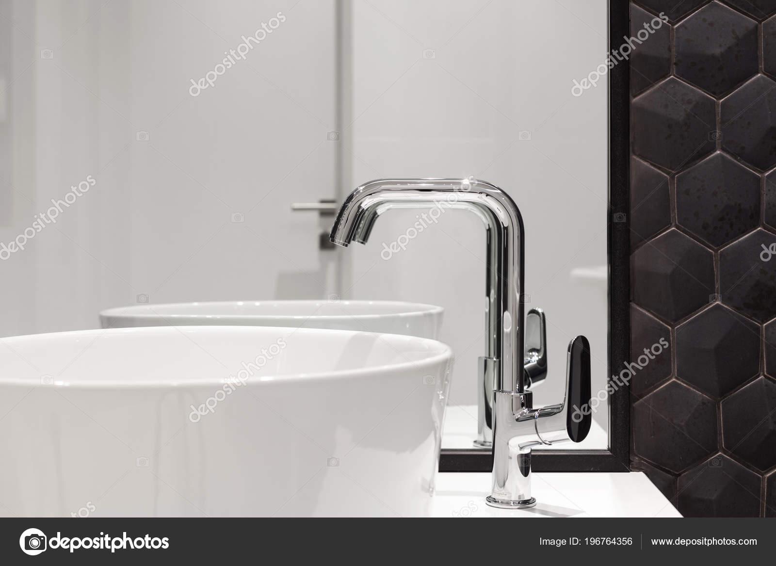 Grote Wastafel Badkamer : Element van badkamer interieur met witte wastafel grote spiegel