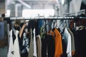 Női ruha a fogasok a boutique bolt