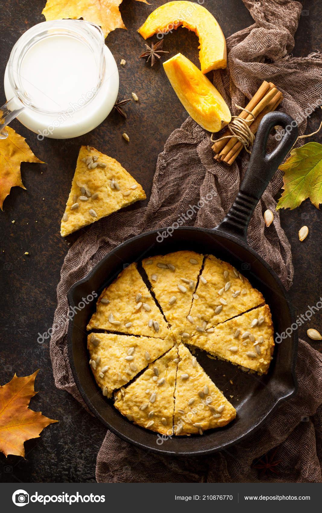 Cucina Tradizionale Inglese Tavolo Con Focaccine Zucca Colazione ...
