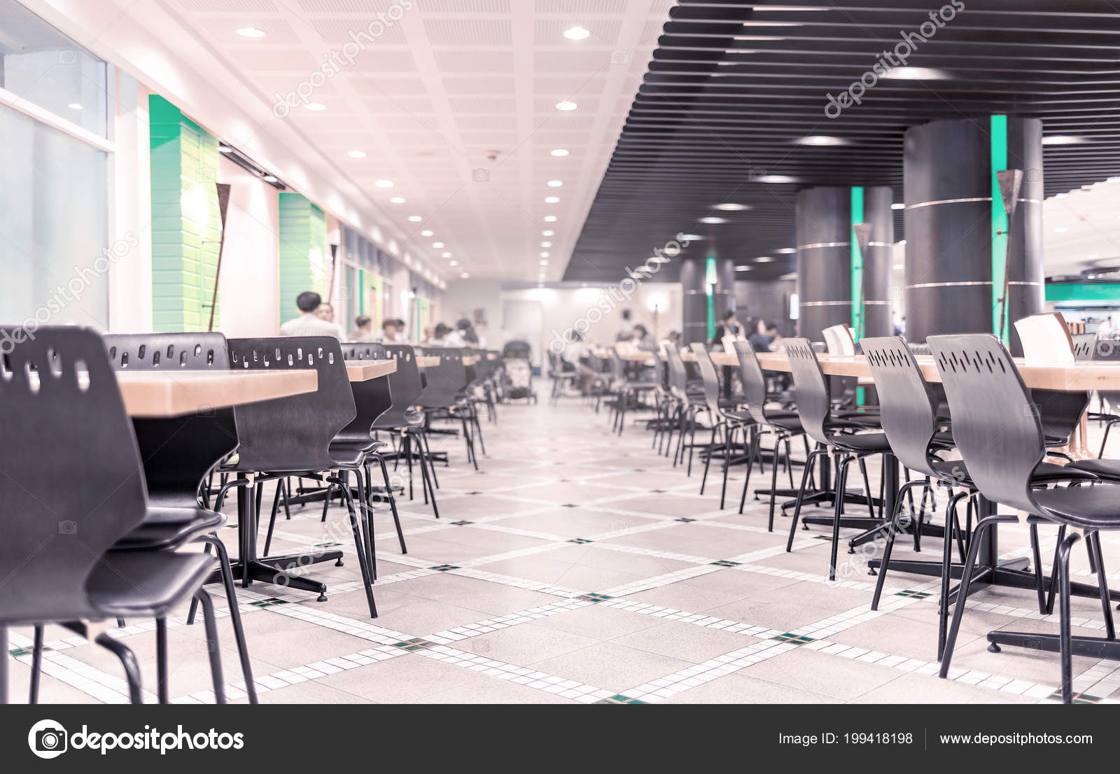 modern interieur van cafetaria kantine met stoelen tafels het eten stockfoto