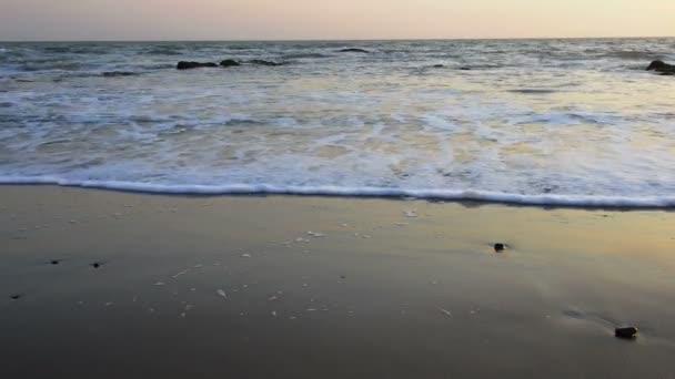Nyugodt este surf-on az Atlanti-óceán partvonala