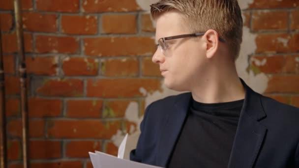 Mladý úspěšný podnikatel se dívá na projekt, stojící v retro interiér
