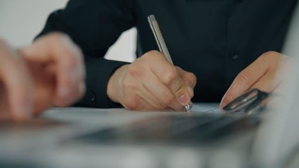 Detailní záběr rukou dvou podnikatelů spolupracovat, psaní a diskusi o body