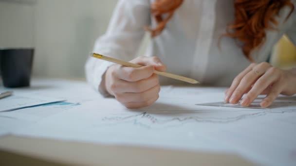 Rukou mladých žen finanční analytický kreslení čar