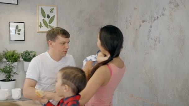 Mladá rodina s dětmi je společně v moderním interiérem