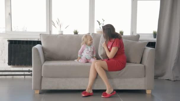 Americká matka a dcera baví spolu v pokoji.