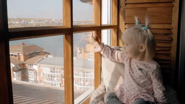 Nagyon aranyos kislány ablakban keresse meg, és olyan boldogan mosolygott