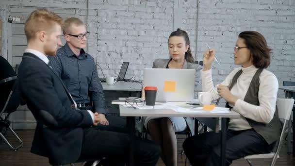 Developer projektu s správce analýzy a inženýr nový startup
