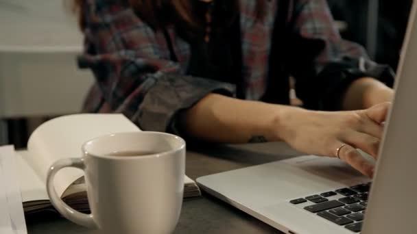 Schließen Sie, die Hände des weiblichen Büroangestellten Tippen auf Laptop-Computer-Tastatur