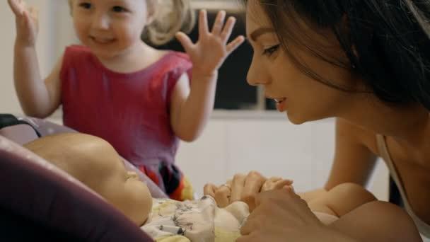 Anya és lány megcsókolta a csecsemőt a szállítás otthon.