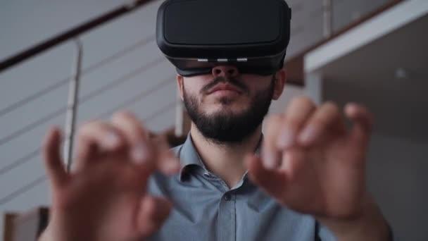 Geschäftsmann steht und druckt mit neuer digitaler Technologie Gerät der VR-Brille.
