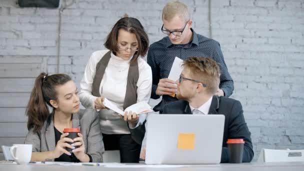 Nő és férfi dolgozik az új projekt vagy startup az irodában