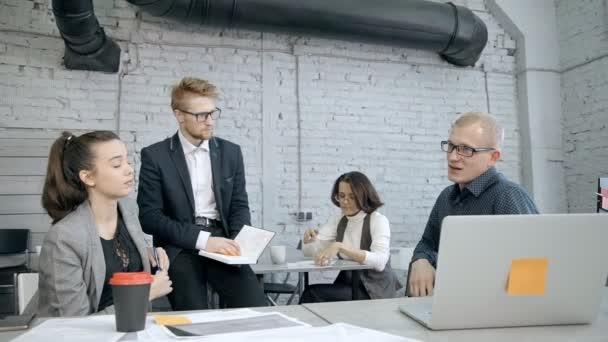 Muž a žena diskutují a plánují nový projekt