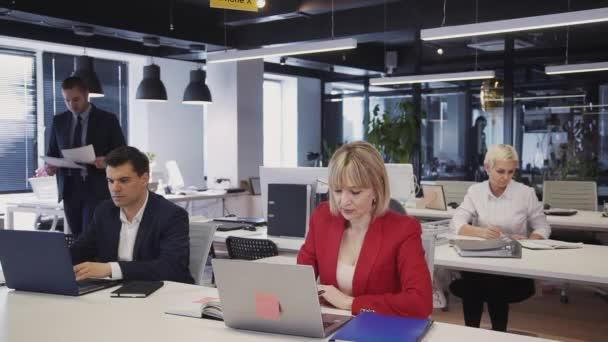 Žena a muž používající osobní počítač nebo notebook s internetem
