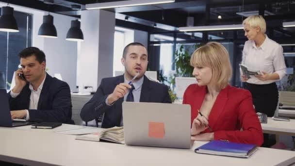 Žena a muž, kteří hovoří a používají osobní počítač s internetem