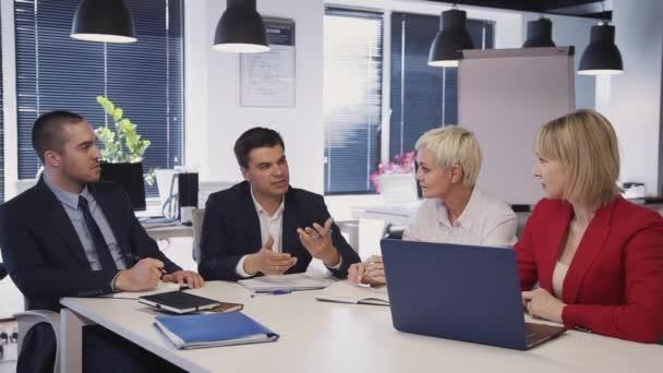 Lavoratori che parlano di nuovo progetto di startup in ufficio