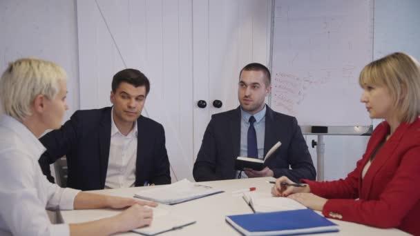 Inteligentní osoba diskutuje o výzkumu spouštěcího obchodního projektu
