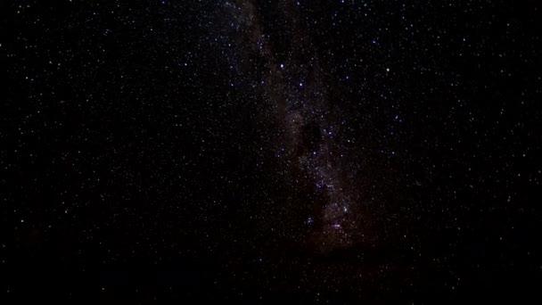 Mléčné dráhy prochází oblohou jako nějaké mraky projít přes přední