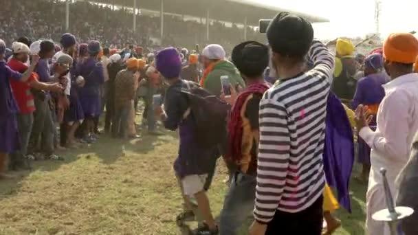 Anandpur Sahib, Deutschland-20180302-Hola Mohalla - Sikh Festival - Publikum schließt Pferderennen Pfade