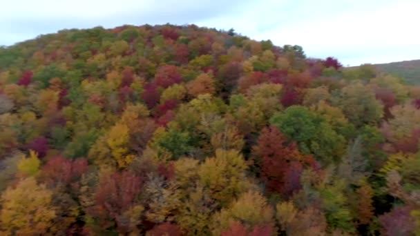 Antenna Drone - 360 fokos forog, domboldalon, a tó felett ősszel Vermontban