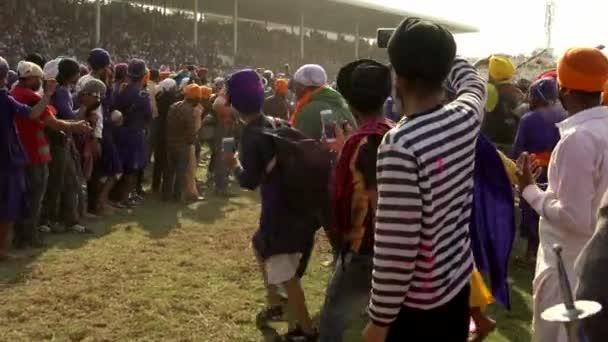 Anandpur Sahib, Deutschland - 20180302 - Hola Mohalla - Sikh Festival - Publikum schließt Pferderennen Pfad.